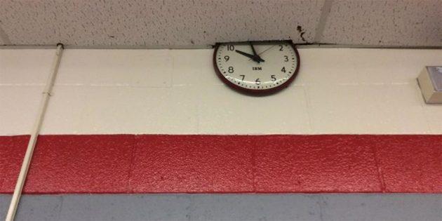 Часы в школе