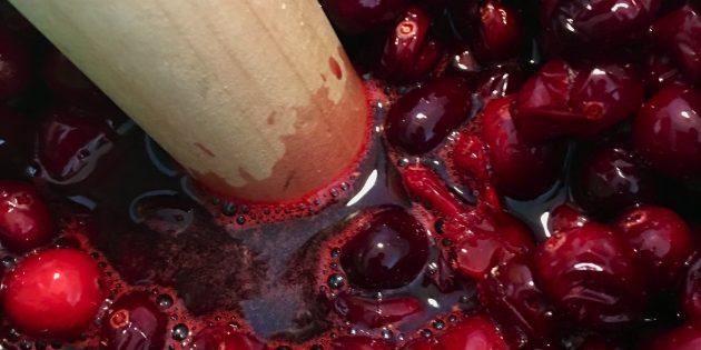 Удобнее всего разминать ягоды для клюквенного морса деревянной толкушкой