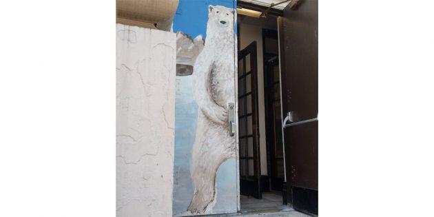 Входная дверь школы