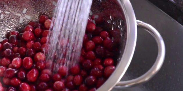Хорошо промойте ягоды для клюквенного морса
