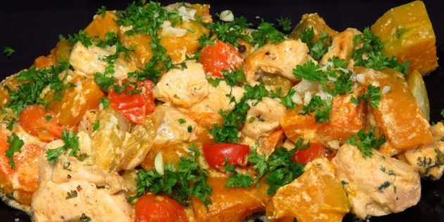 Тыква в духовке, запечённая в сливках с курицей, помидорами и луком