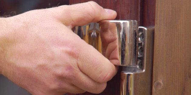 Как отрегулировать пластиковые двери: закройте дверь и снимите декоративную накладку