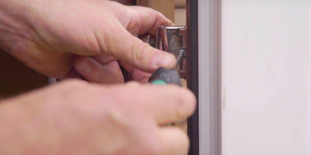 Как отрегулировать пластиковые двери: выкрутите крепёжный винт
