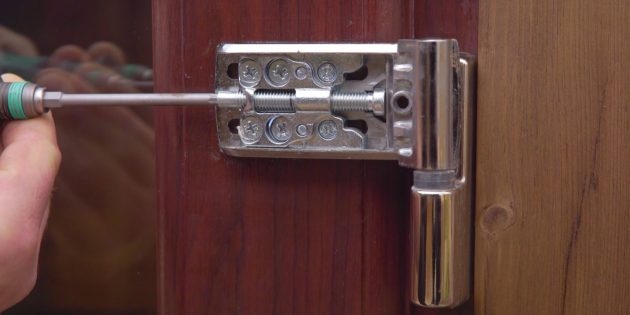 Как отрегулировать пластиковую дверь: выкрутите горизонтальный винт на 1–2оборота