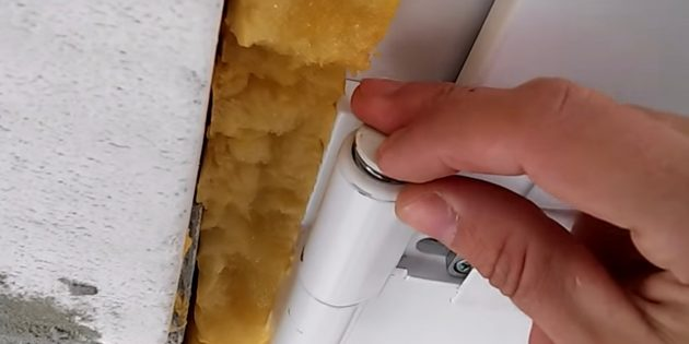 Как отрегулировать пластиковые двери: установите фиксаторы и крышки на место
