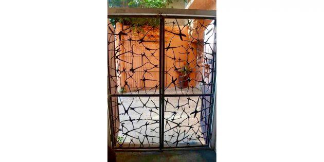 стальные ворота из старых плоскогубцев