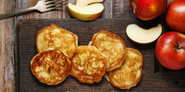Оладьи с яблоками, творогом и мёдом