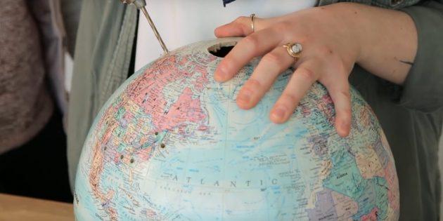 Сделайте на глобусе несколько отверстий дрелью в любых местах
