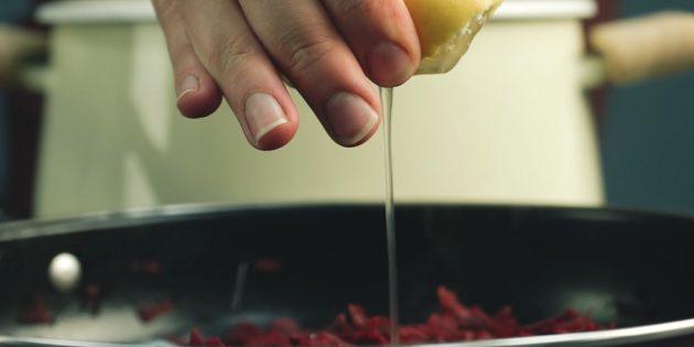 Пошаговый рецепт борща: Добавьте к свёкле лимонную кислоту, уксус или сок лимона