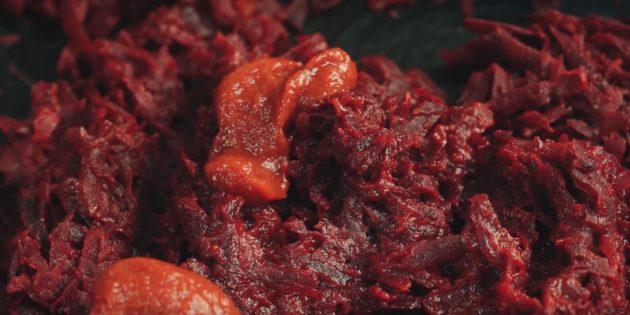 Пошаговый рецепт борща: добавьте томатную пасту, перемешайте и оставьте на огне ещё на 5–7 минут