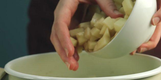 Как приготовить борщ: добавьте нарезанный соломкой или кубиками картофель