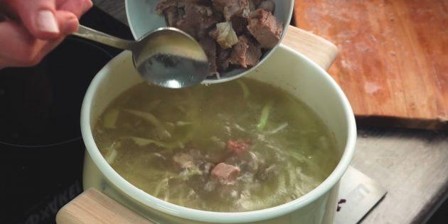 Как приготовить борщ: Отделите мясо от кости и нарежьте кубиками. Верните его в суп