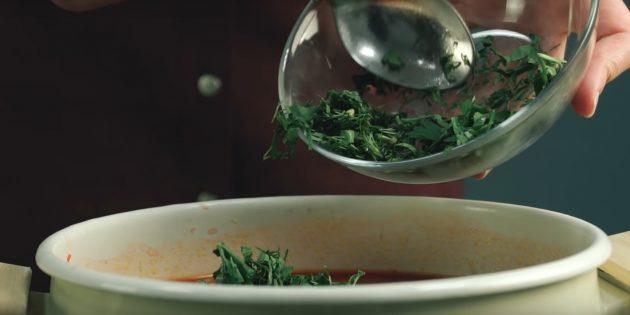 Как варить борщ: Закиньте лавровый лист и мелко порубленную зелень.
