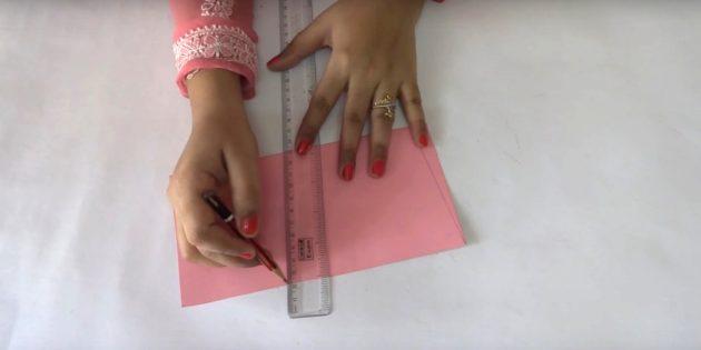 Сложите лист розовой бумаги пополам