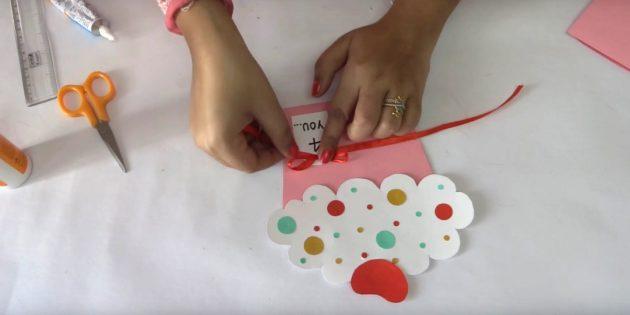 Вырежьте из цветной бумаги маленькие кружочки разного диаметра