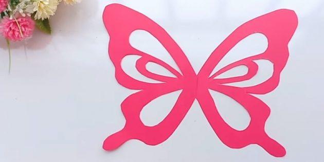 Вырежьте два крыла из малиновой бумаги