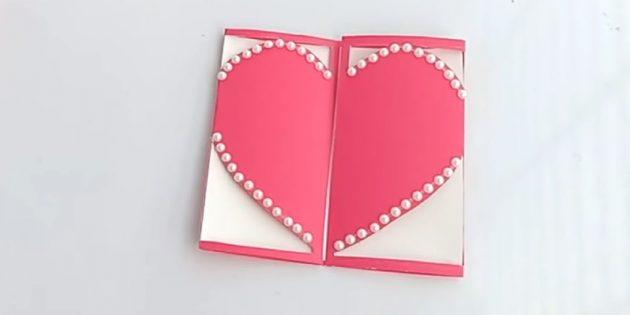 Закройте открытку. Украсьте сердечко по краям стразами
