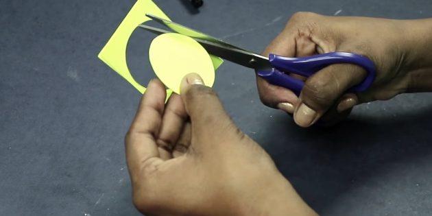 Открытка на день рождения своими руками: вырежьте три кружочка из цветной бумаги