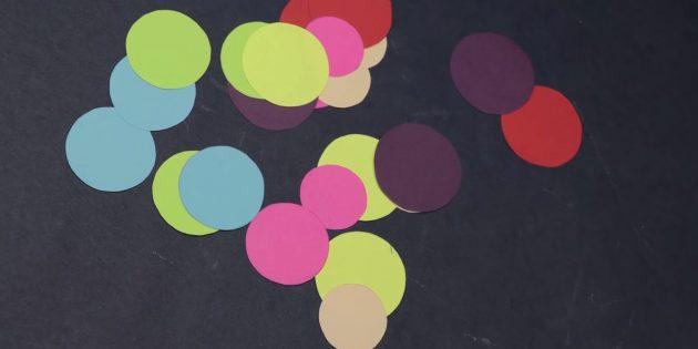 Вырежьте кружочки из остальных цветных полос