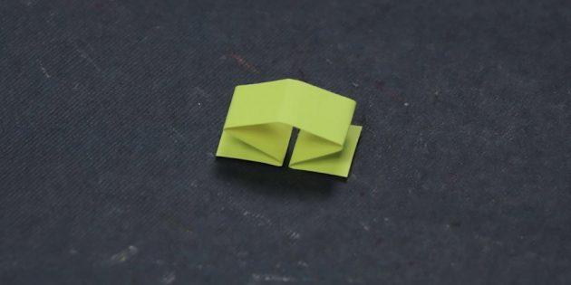 Сложите небольшую полоску бумаги пополам