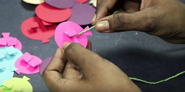 Открытка на день рождения своими руками: к каждому шарику с помощью клея-пистолета прикрепите кусок бечёвки