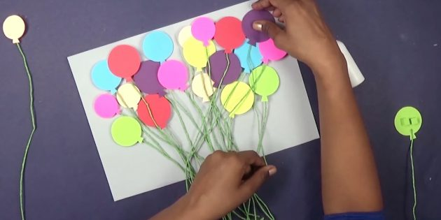 Смажьте клеем гармошки с обратной стороны шариков и красиво расклейте их внутри открытки на день рождения своими руками
