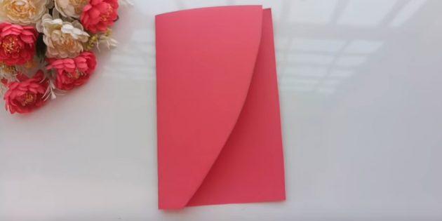 Согните малиновую бумагу поперёк пополам