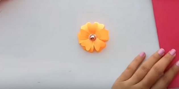 Приклейте второй цветок на первый