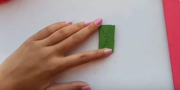 Открытка на день рождения своими руками: вырежьте из зелёной бумаги листочки
