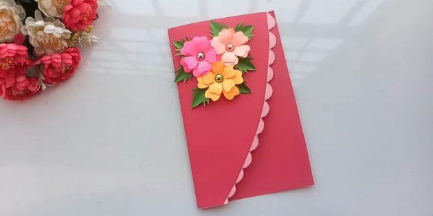 Приклейте к верхней части открытки цветы и листья