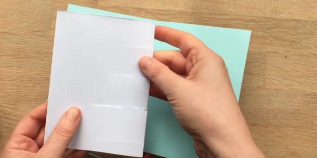 Сделайте четыре надреза на белом листе