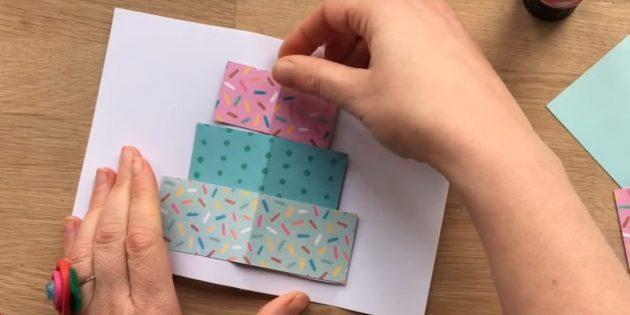 Вырежьте из цветной бумаги три прямоугольника по размерам слоёв будущего торта
