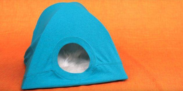 Как сделать домик для кошки из картона, футболки и вешалок