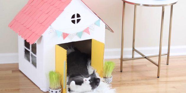 Как сделать одноэтажный домик для кошки своими руками: повесьте флажки и дверные ручки