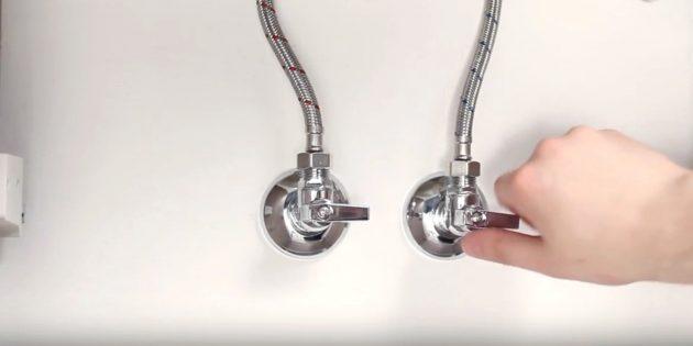 Установка смесителя: перекройте воду