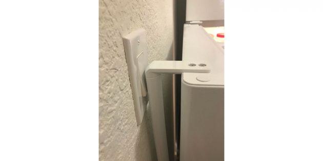 холодильник и выключатель на кухне