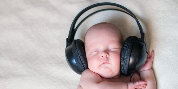 Зачем новорождённым белый шум и где его взять