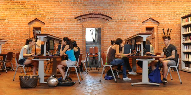 Высшее образование в Италии: библиотека в итальянском вузе — классное место для занятий с большими столами, Wi-Fi, кофе и кучей полезных материалов