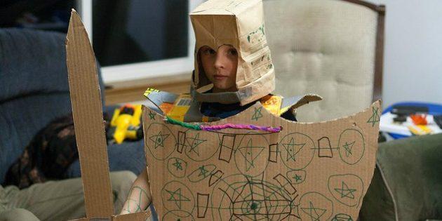 Детский день рождения: сделайте замок и мечи из картонных коробок