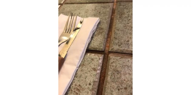 напольная плитка на столе