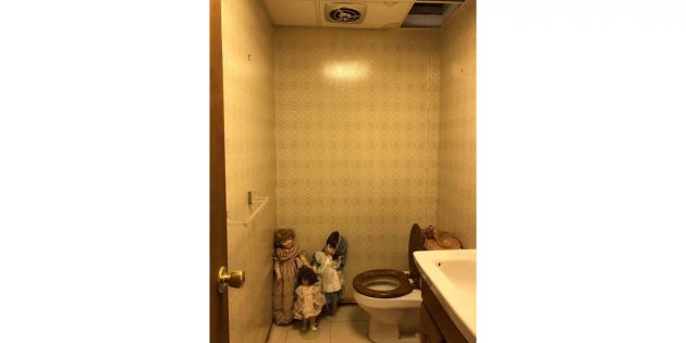куклы в туалете