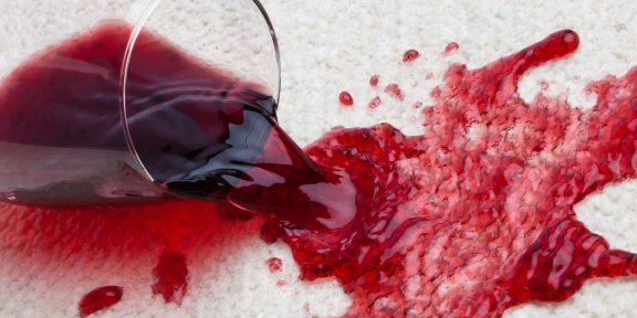 Как вывести свежие и застарелые пятна от красного вина