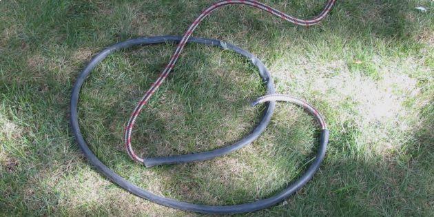 Разрежьте велосипедную камеру и наденьте на один конец верёвки
