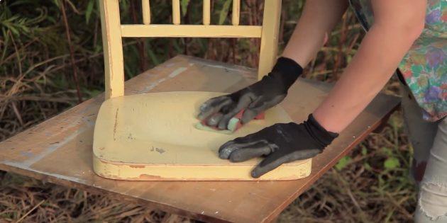 Качели своими руками: зашкурьте поверхность стула наждачной бумагой