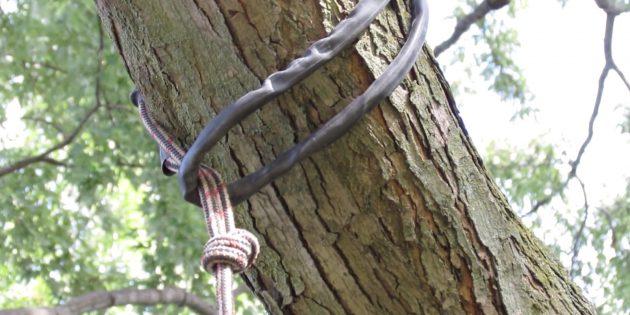 Перебросьте канат через ветку и затяните петлю