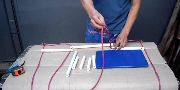 Качели своими руками: следом нанижите по одному среднему отрезку трубы