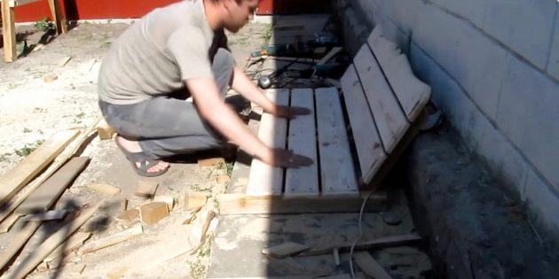 К кусочкам бруса 50 × 50мм прикрепите шурупами три доски