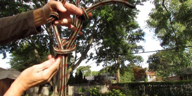 Проденьте в узел ещё две верёвки и закрепите
