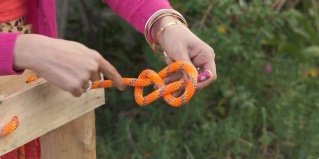 Качели своими руками: проденьте верёвку змейкой в отверстия с одного края поддона и завяжите на концах узлы