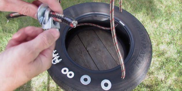 Вставьте верёвки в отверстия